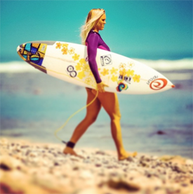 Een arm missen, zwanger zijn en blijven surfen