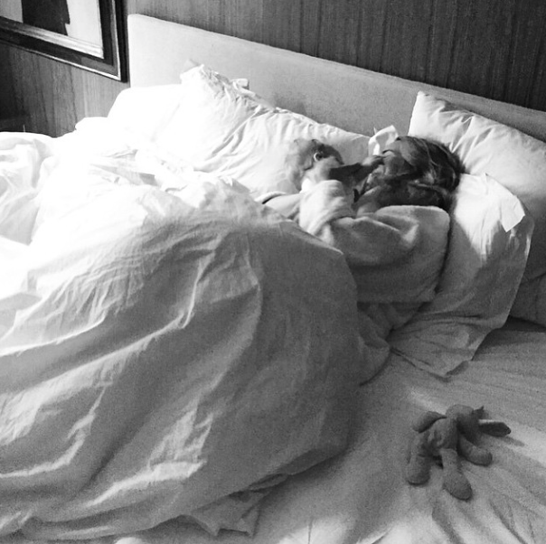 Kroelen in een hagelwit bed