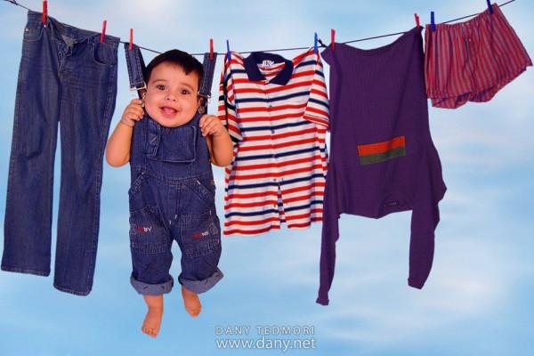 Baby aan de waslijn met babywasjes