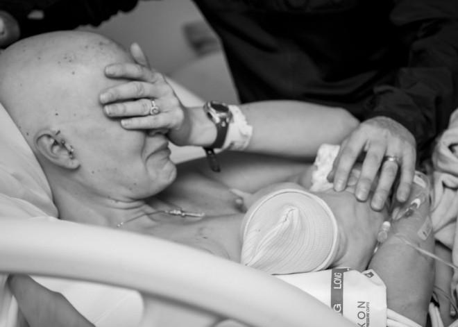Vrouw met borstkanker geeft borstvoeding