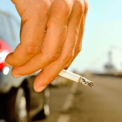 Roken met kinderen in de auto moet verboden worden