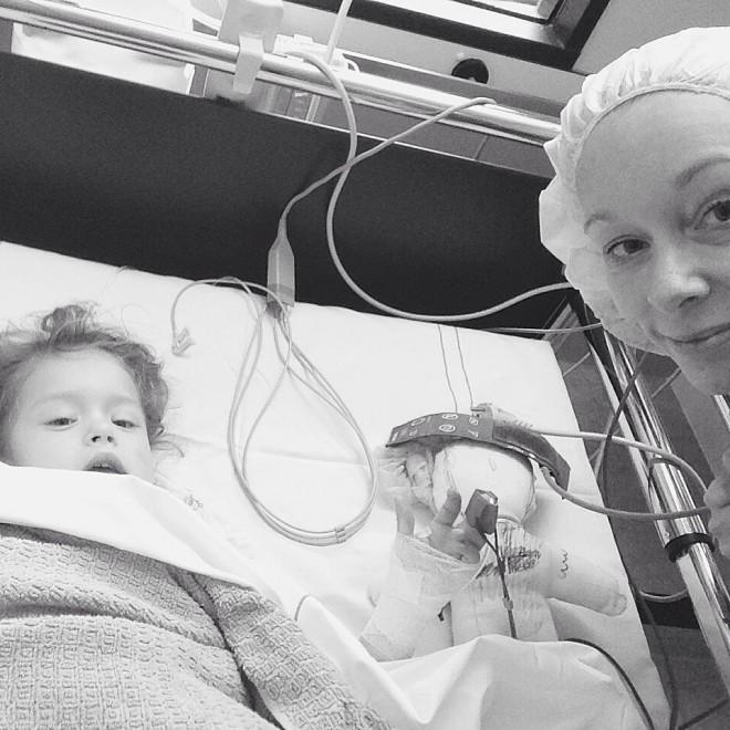 ziekenhuisavontuur Lotte heeft jeugdreuma - beenmergpunctie