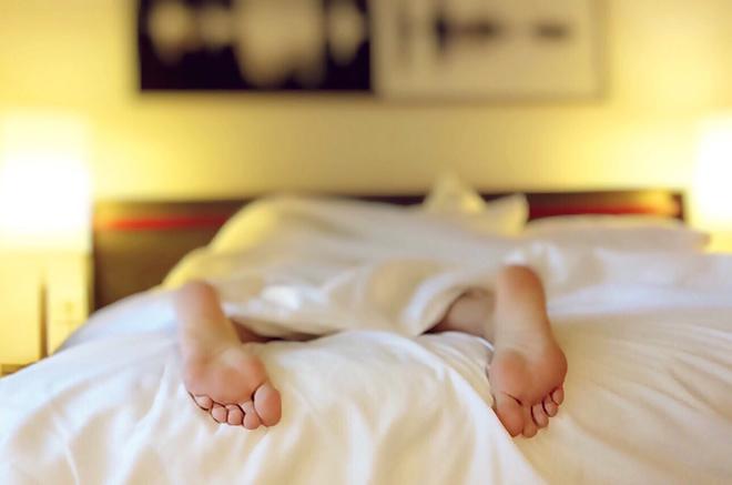 slapen met een voedingskussen