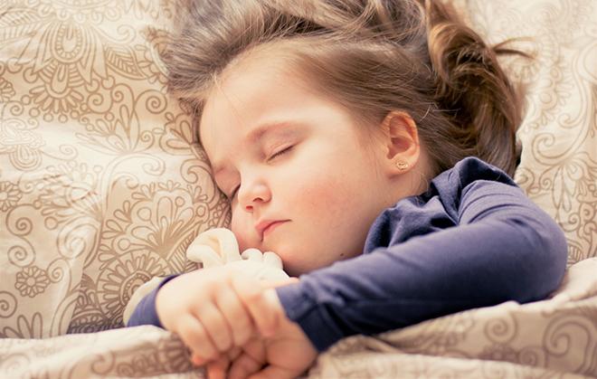 ouders met kinderen slapen beter