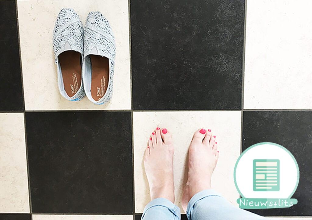 Fotografeer je blote voeten en je doneert een paar schoenen