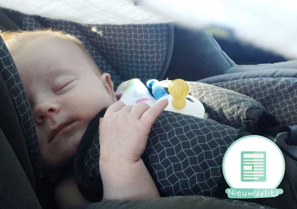 Politie redt baby van 5 weken oud uit auto