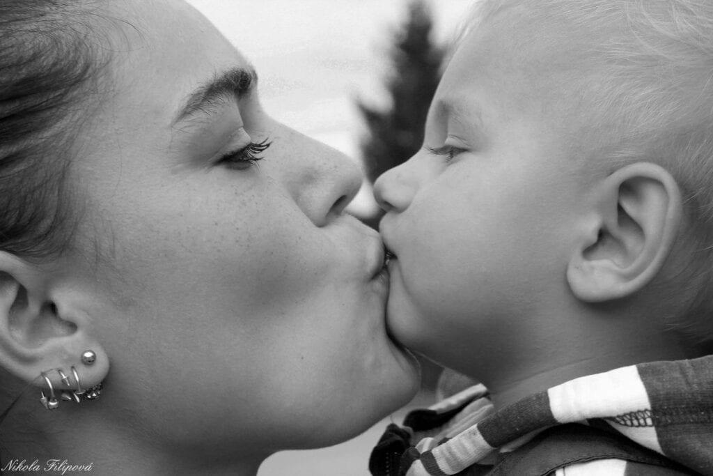 Een kus op de mond van je kind. Kan dat?