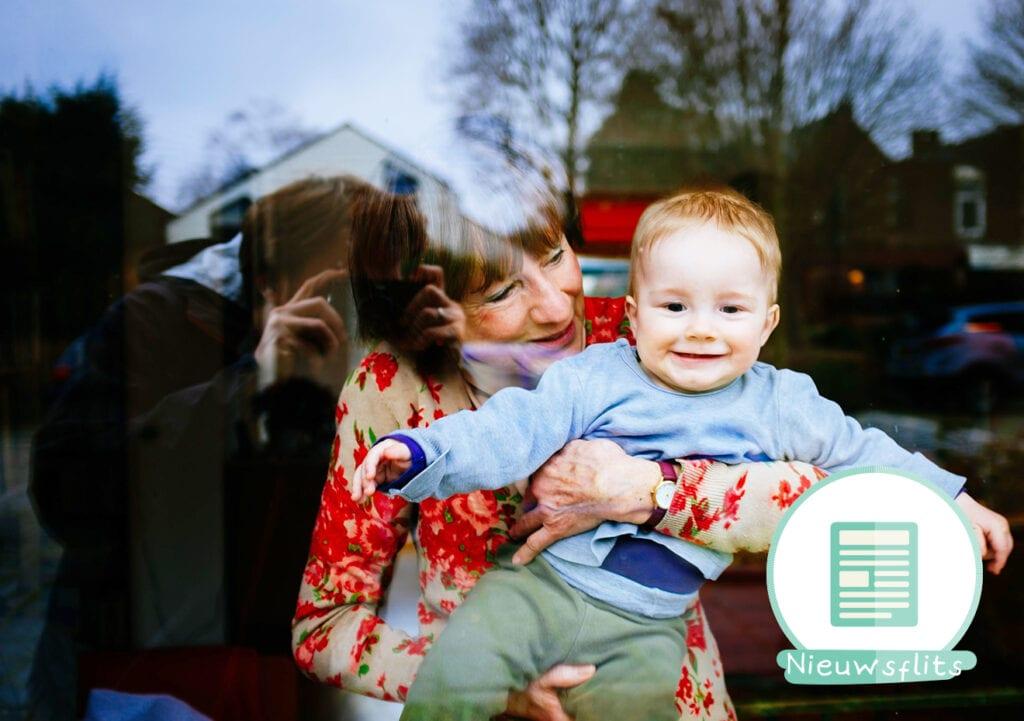 Onderzoek: Oppassen op kleinkinderen is goed voor oma's