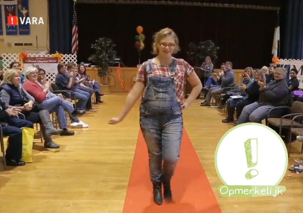 Afgedankte adoptiekinderen bieden zichzelf aan op de catwalk