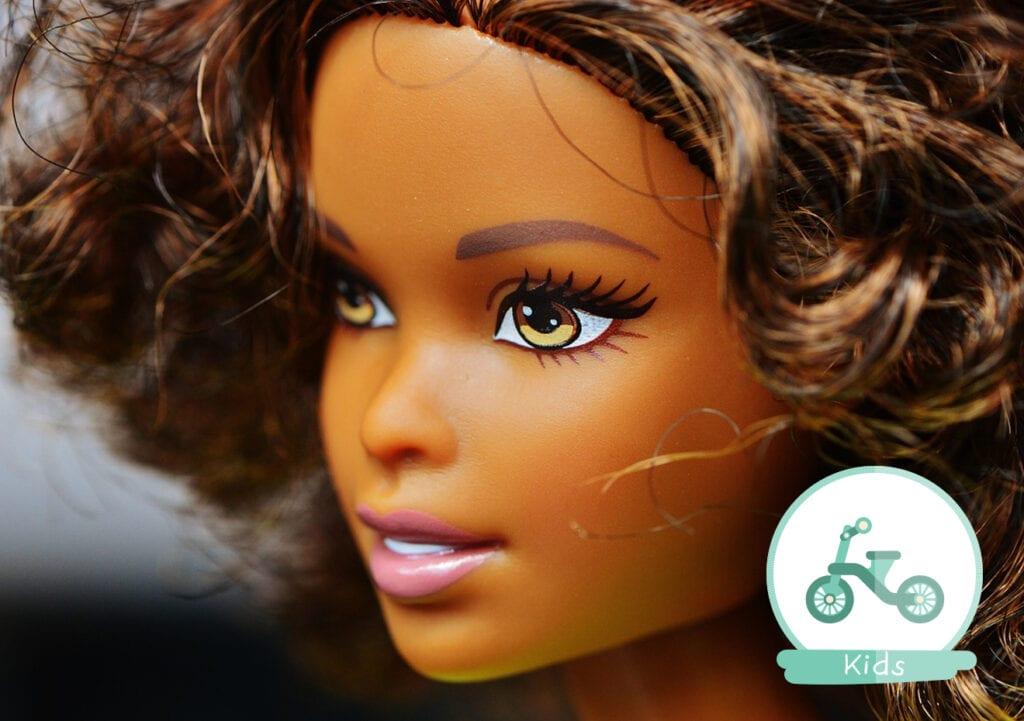 Caissière snapt niet dat meisje bruine pop wil kopen. Ze legt het even haarfijn uit.
