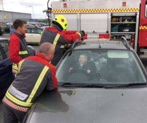 brandweer auto kind vast