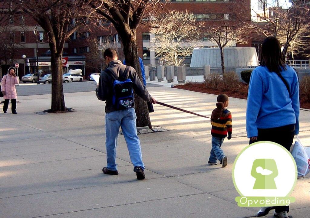 Deze papa houdt zijn kind aan een lijn en schaamt zich daar niet voor