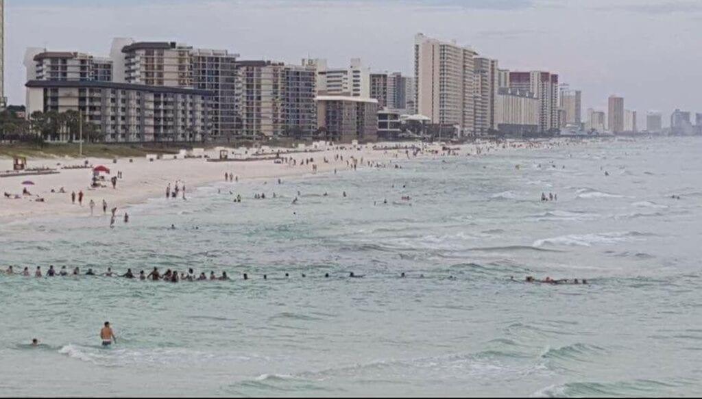 Florida ketting mensen mensenketting redden verdrinkende familie