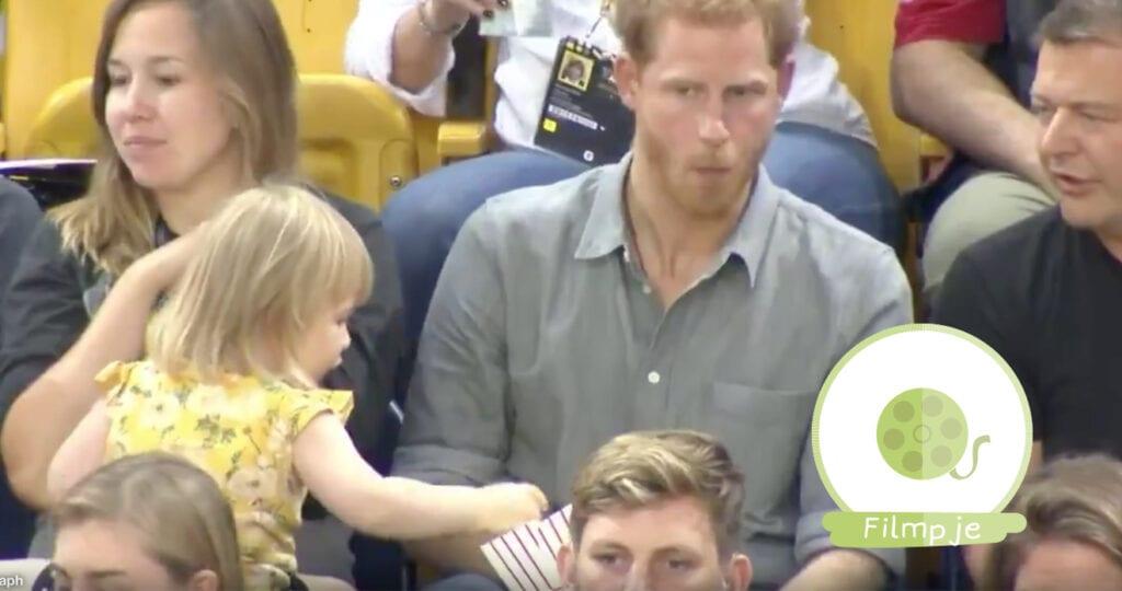 Meisje(2) pikt popcorn van prins Harry