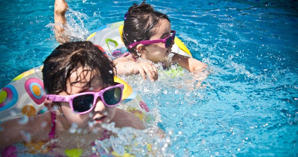 Slijm, zweet en urine gevonden in tientallen te vieze zwembaden