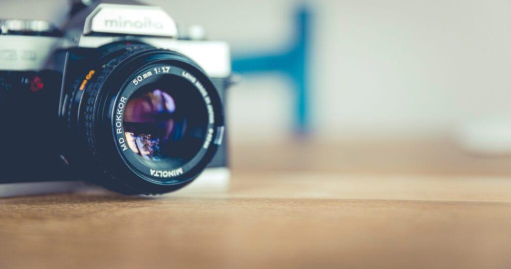Vrouw laat stiefzoon uit familiefoto's fotoshoppen en krijgt veel kritiek