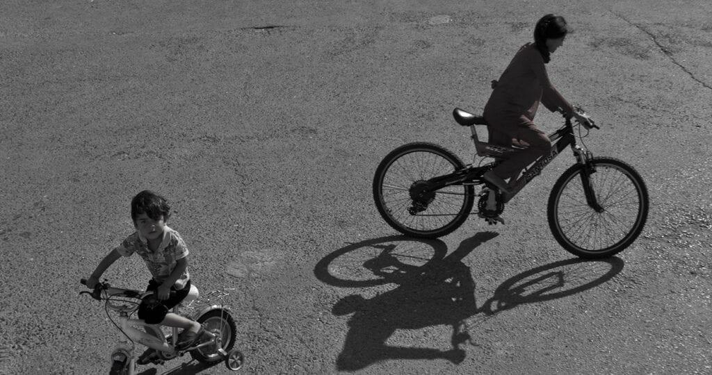 Vader fietst vier uur door de regen (en weer terug) en koopt fietsje voor zijn dochter