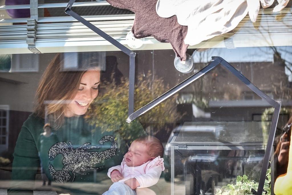 Raamfotografie: newborn shoot op veilige afstand