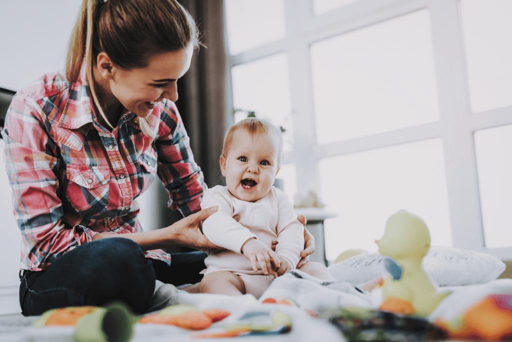 Wanneer kan een baby zitten: Zelfstandig en in de wipstoel